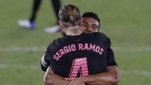 Ramos y Casemiro se abrazan tras un gol del Madrid