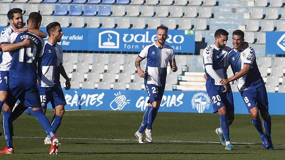 Los jugadores del Sabadell celebran uno de los dos goles de Cuevas