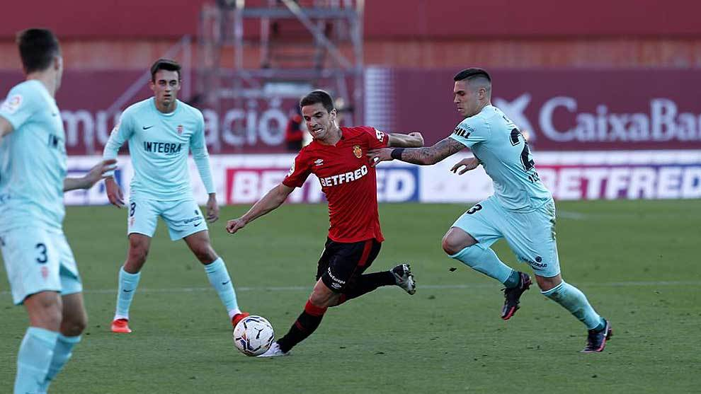 Ruiz de Galarreta intenta avanzar pese a la presión de Djurdjevic