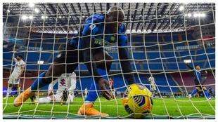 Romelu Lukaku recoge el esférico después de anotar el 2-2 del Inter...