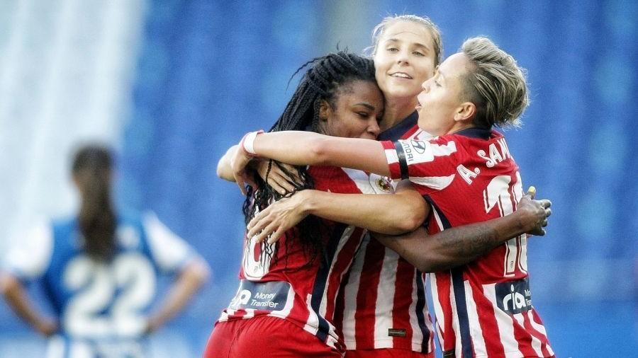 Amanda, Ludmila y Strom se abrazan para celebrar un gol en Riazor.