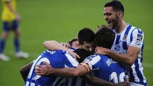 Los jugadores de la Real Sociedad celebran el tanto de Isak.