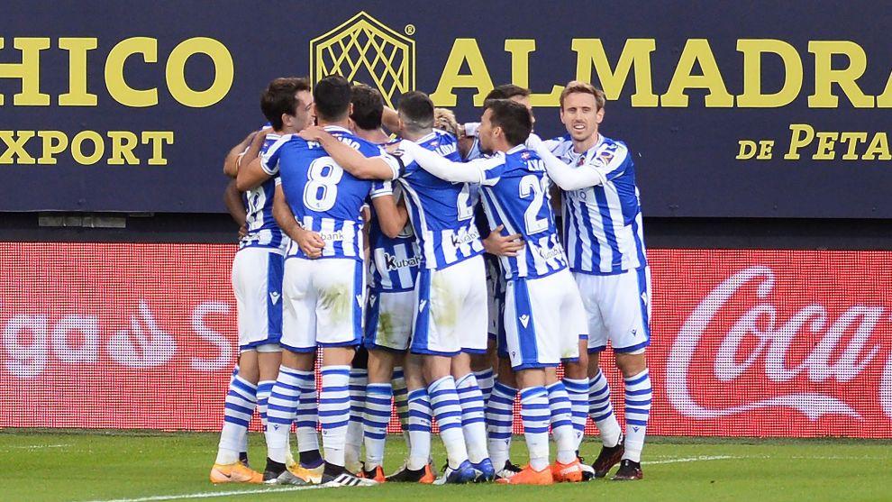 Los jugadores realistas celebran el gol de su triunfo en Cádiz.