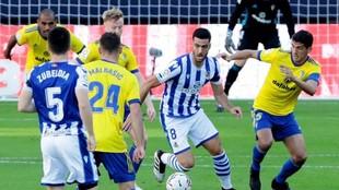 Mikel Merino conduce el balón rodeado de jugadores del Cádiz.