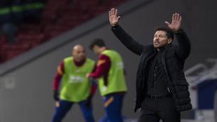 Simeone da instrucciones durante el Atlético-Barça
