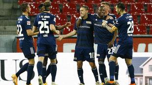 Los jugadores del Union Berlín celebran uno de sus goles al Colonia.