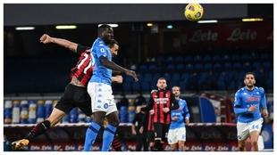 Zlatan Ibrahimovic se anticipa de cabeza a Kalidou Koulibaly para...