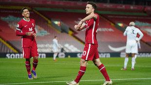 Jota celebra su gol junto a Firmino.