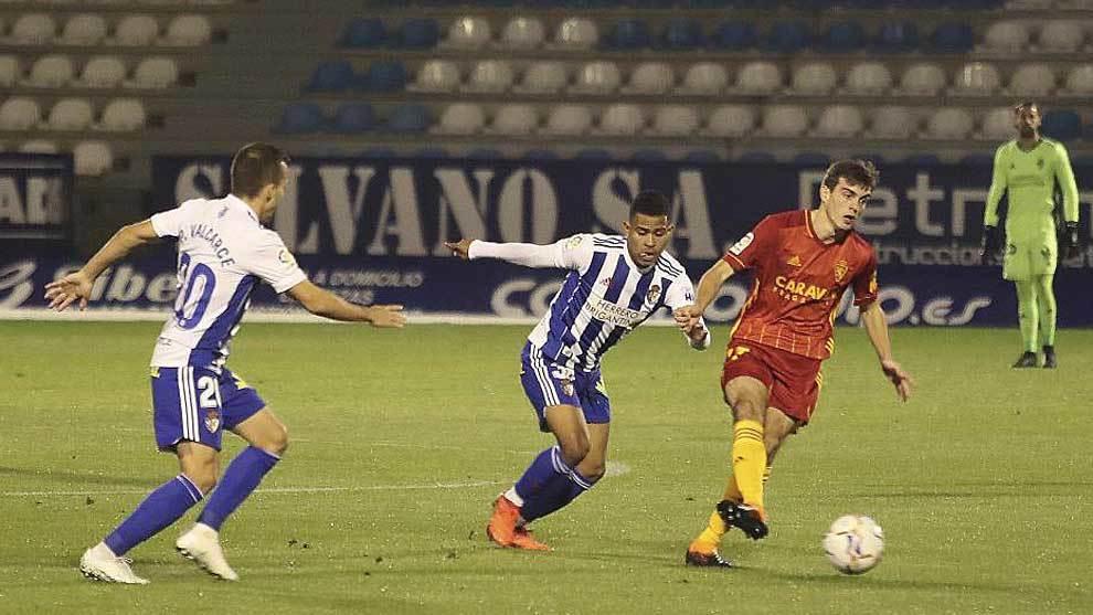 Francho controla el balón ante la presión de Juergen Elitim y Pablo...