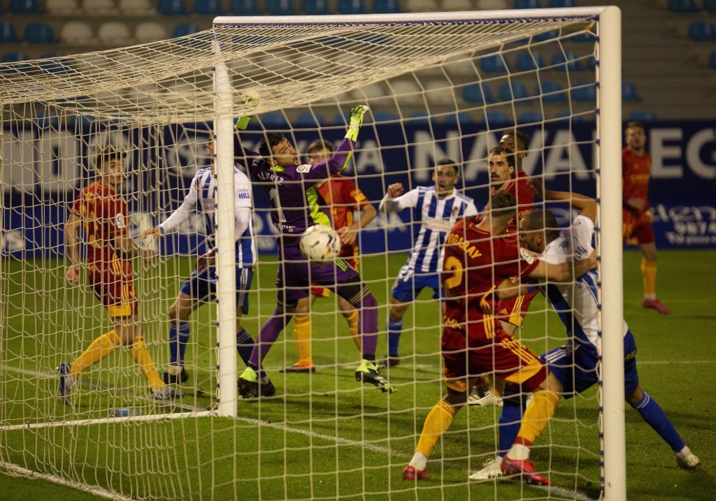 Cristian observa cómo entra el balón en su puerta en el gol...