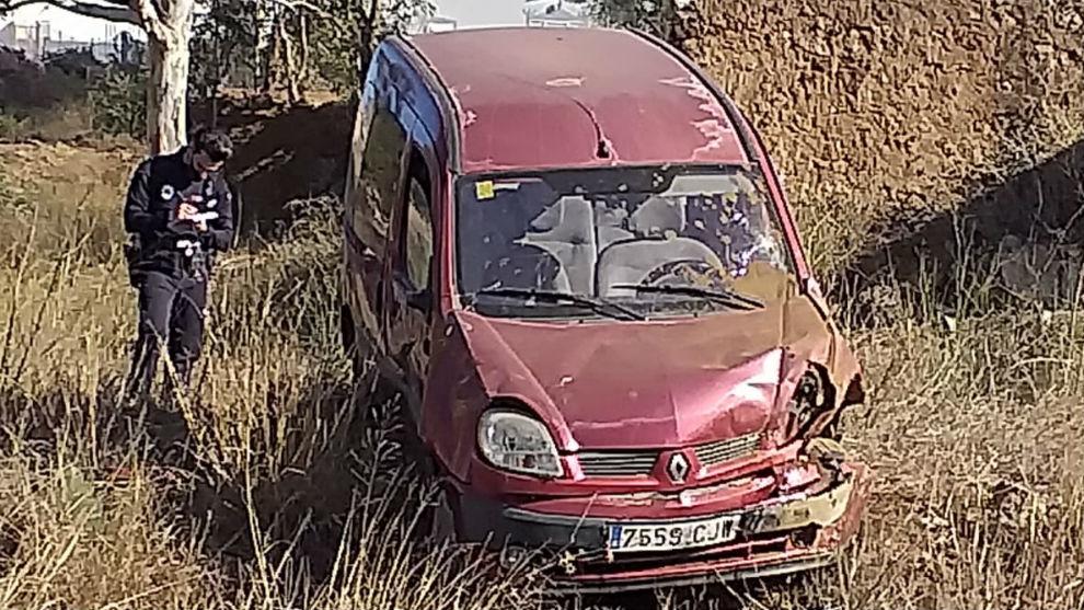 Un policía local de Murcia toma notas junto a la furgoneta del...