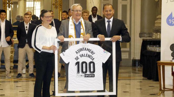 El alcalde Ribó y el presidente del Valencia, Anil Murthy.