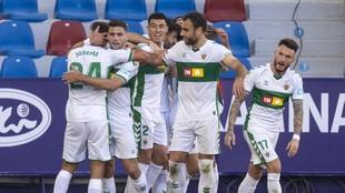 Los jugadores del Elche celebran el gol de Tete Morente en el partido...