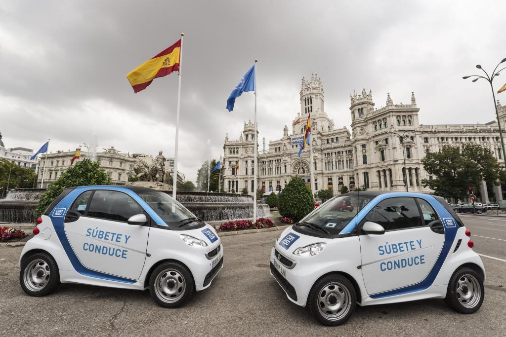 Dos Smart Fortwo de Car2Go en la plaza de Cibeles de Madrid.