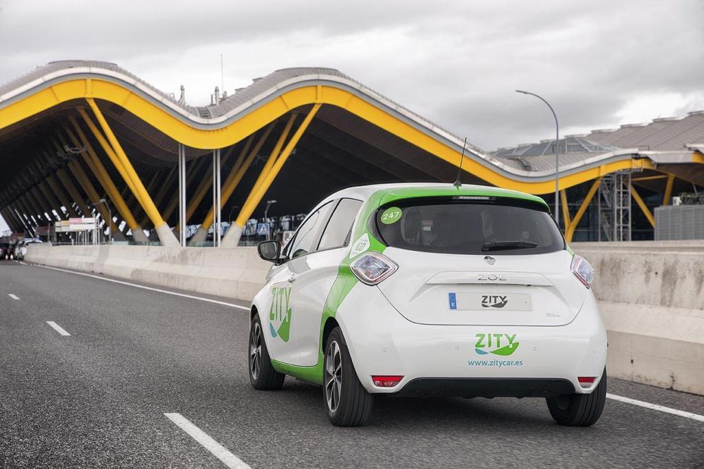 Un Renault Zoe de Zity en la T4 del aeropuerto de Barajas.