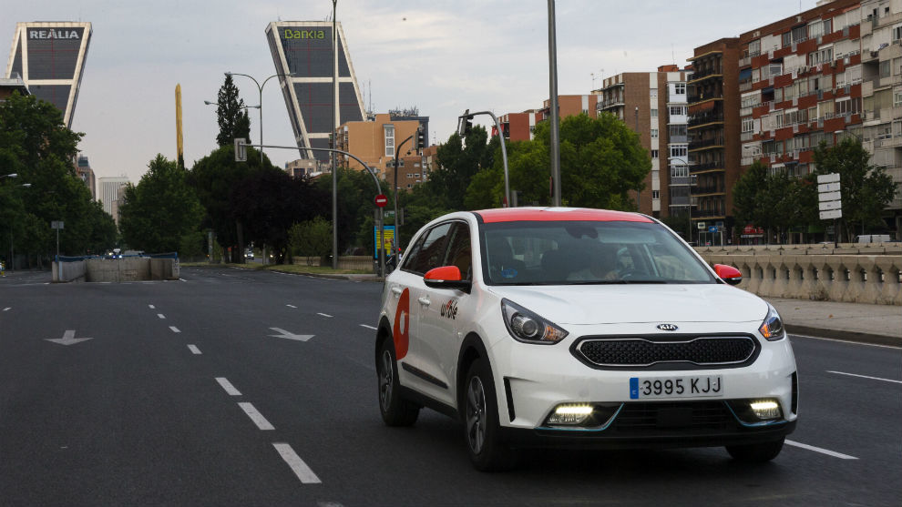 Un Kia Niro de Wible circula por Madrid.