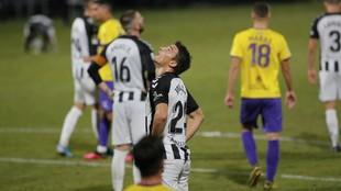 Los jugadores del Castellón se lamentan en el partido ante el...