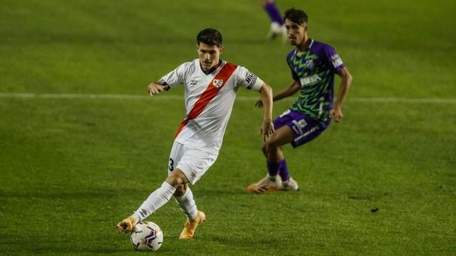 Fran García conduce el balón en el encuentro ante el Málaga.