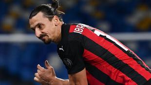 Zlatan se duele durante el partido ante el Nápoles