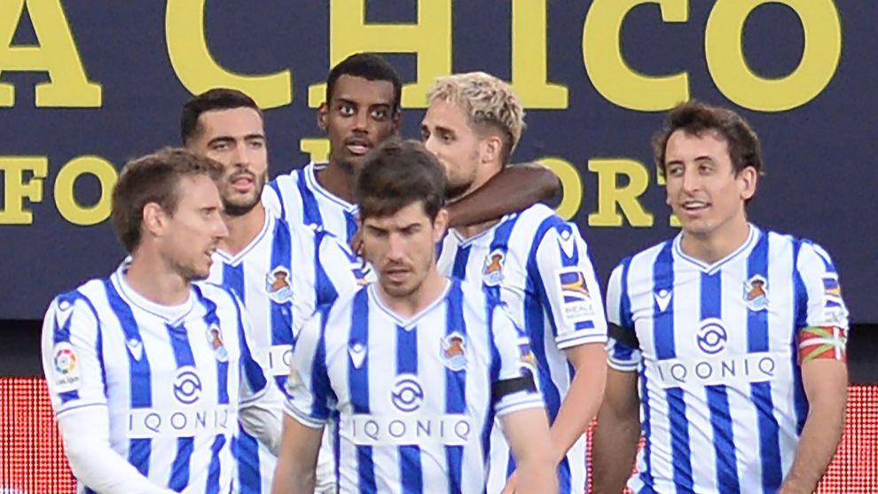 Isak abraza a Januzaj, tras celebrar su gol al Cádiz  con otros...