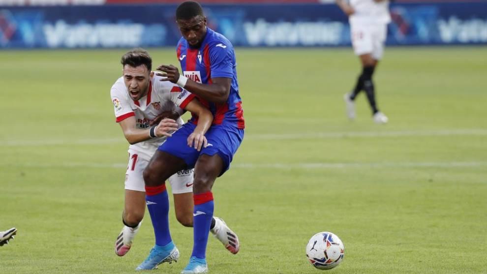 Diop disputando un balón con Munir