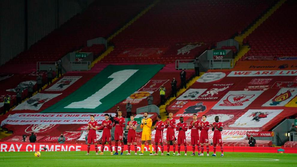 Jugadores del Liverpool con las gradas vacías