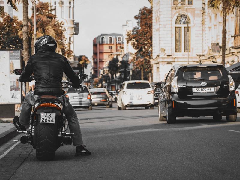 Una chaqueta Helly Hansen, un casco abatible, un Alexa Auto y otros chollos increíbles para tu moto o tu coche