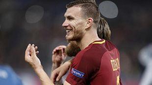 Edin Dzeko durante un partido con la Roma
