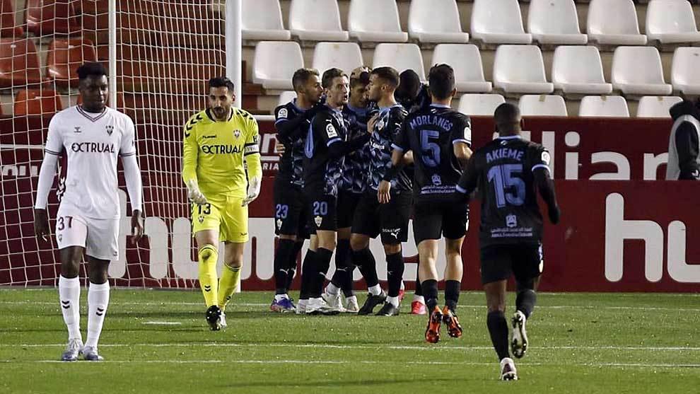 Los jugadores del Almería celebran el primer gol ante el enfado de...
