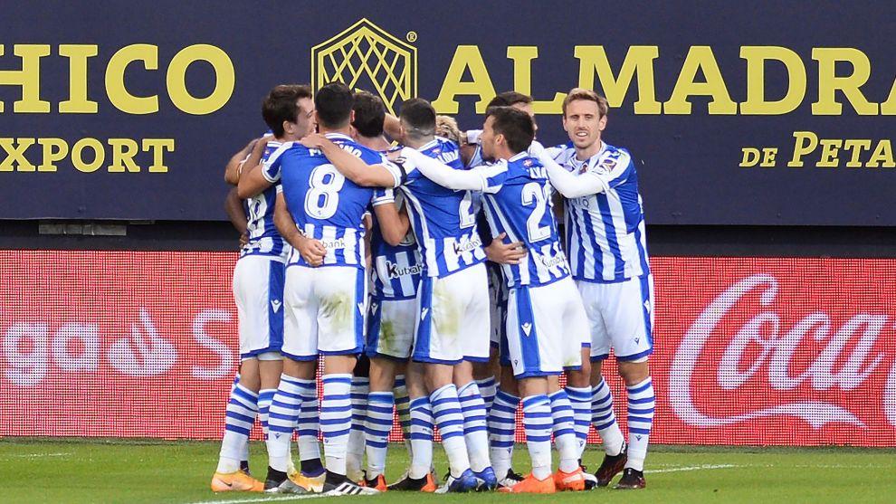 Los jugadores realistas celebran el gol de Isak en el Carranza.