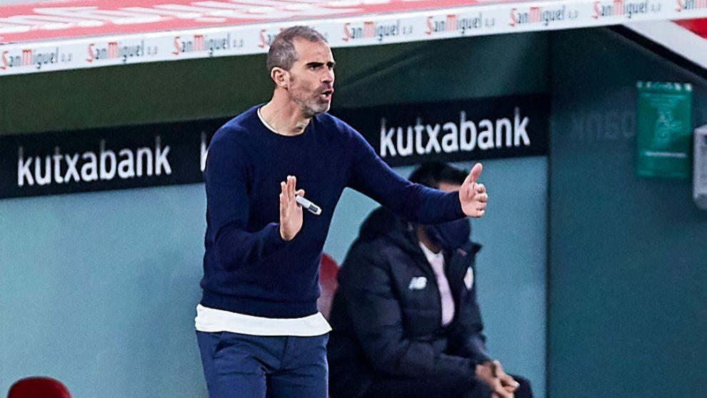 Garitano se dirige al equipo durante un momento del partido ante el...