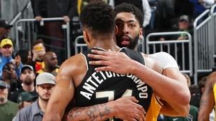 Anthony Davis abraza a Giannis Antetokounmpo al final de un partido.
