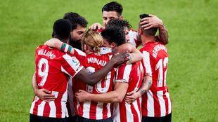 Los jugadores del Athletic se felicitan tras uno de los 4 goles...
