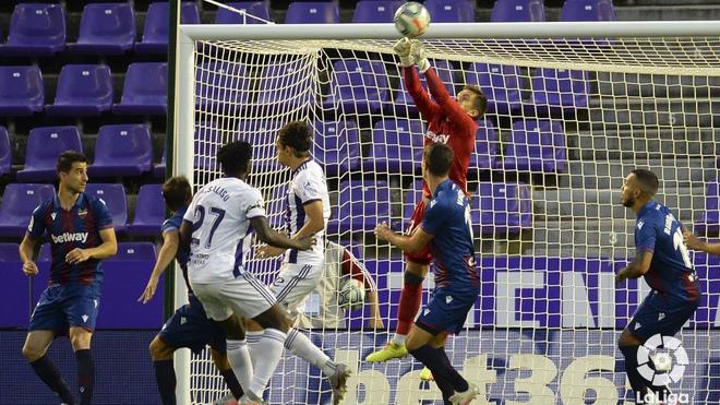 Aitor despeja un balón en el último Levante - Valladolid.