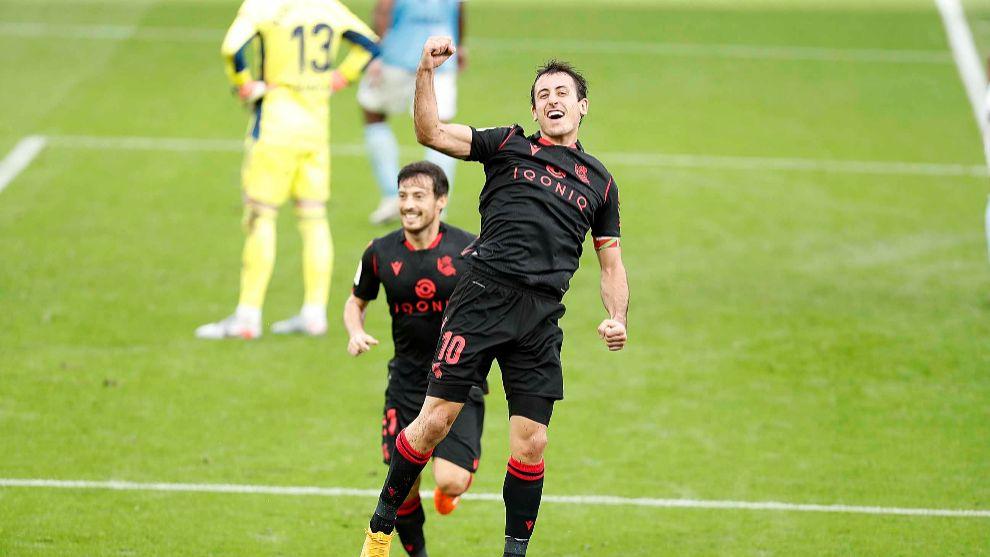 Oyarzabal celebra un gol, con David Silva detrás.
