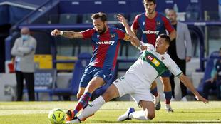 Diego González pugan con Morales por un balón.