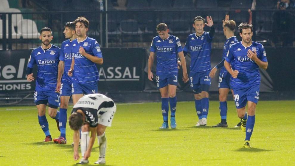 Los jugadores el Alcorcón felicitan a Marc Gual por su segundo gol ante la desesperación de los castellonenses