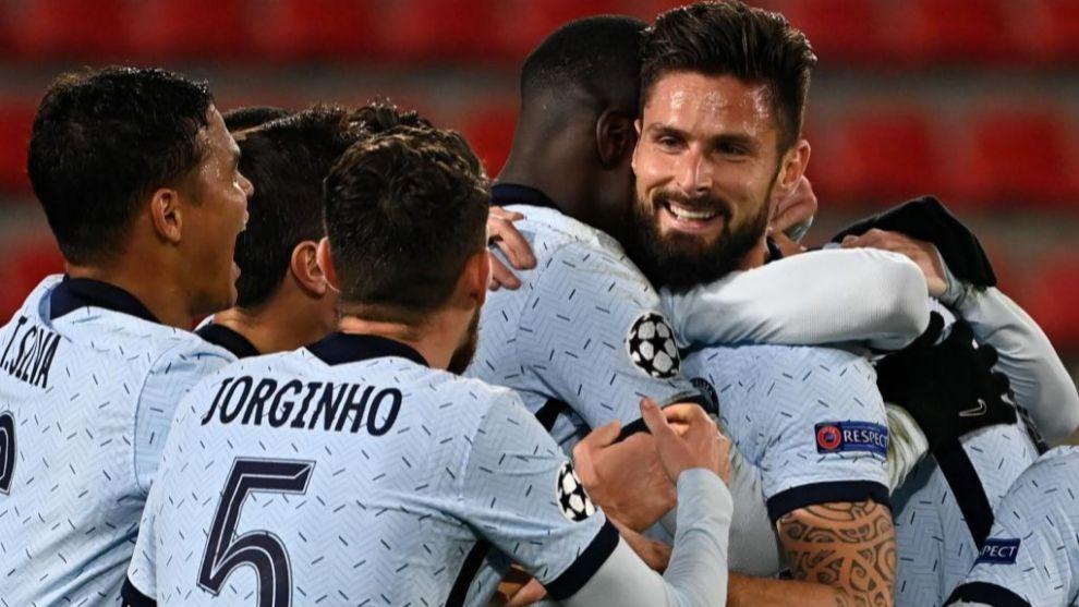 Olivier Giroud celebra el gol de la victoria con sus compañeros