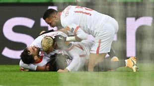 Los jugadores del Sevilla felicitan a Munir.