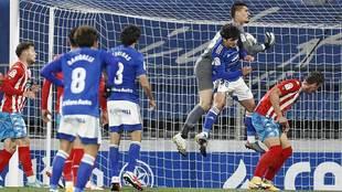 Ander Cantero ataja en el aire el balón ante la presencia de Javi...