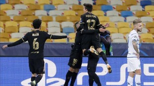 Aleñá celebra uno de los goles del Barcelona