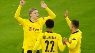 Haaland celebra su gol con sus compañeros  