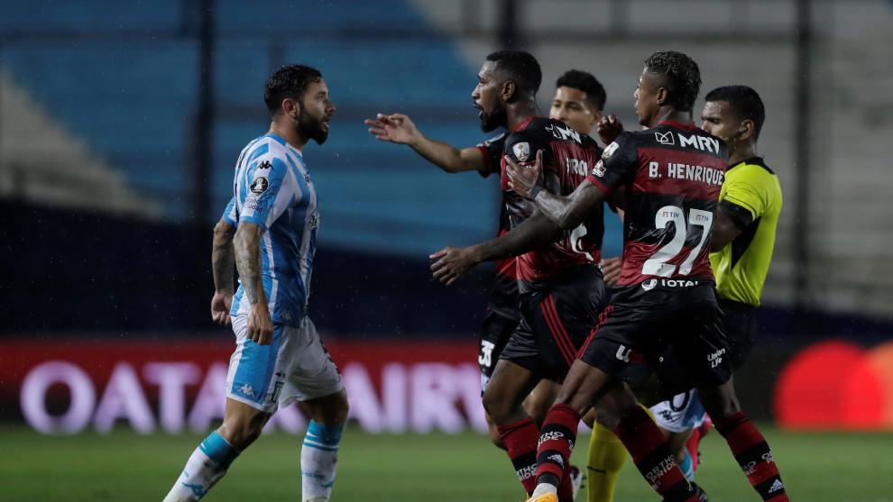 Jugadores de Racing y Flamengo discuten durante el partido de octavos...