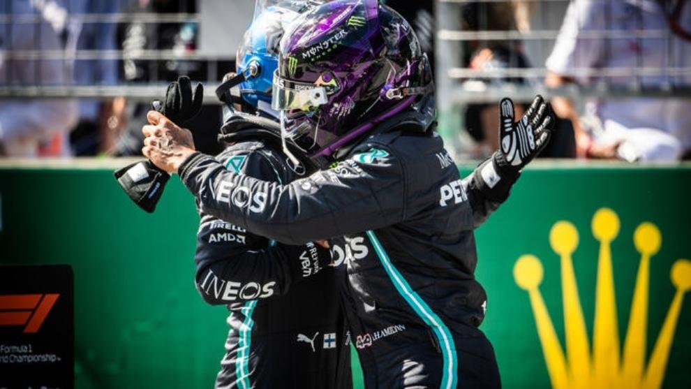 El abrazo de Bottas y Hamilton.
