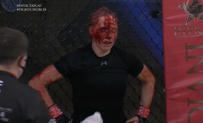 Courtney King con la cara ensangrentada y destrozada tras su pelea...