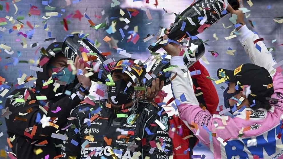Lewis Hamilton celebra en el podio su séptimo título mundial.
