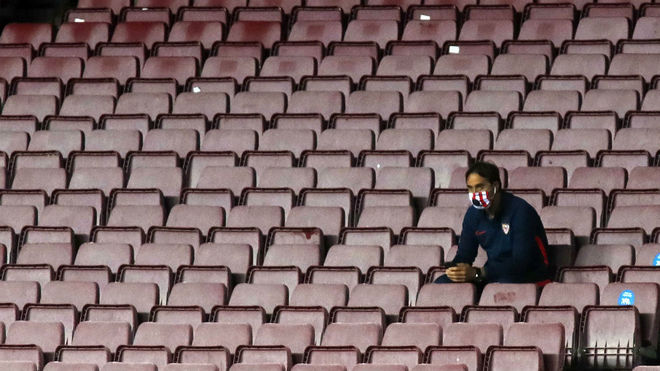Julen Lopetegui, solo en la grada del Camp Nou.