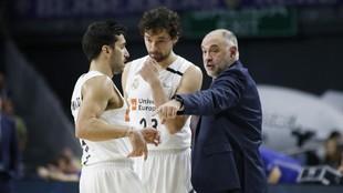 Pablo Laso da instrucciones a Facundo Campazzo y Sergio Llull durante...