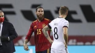 Sergio Ramos y Toni Kroos hablan en el España-Alemania