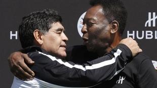 Maradona se saluda junto con Pelé